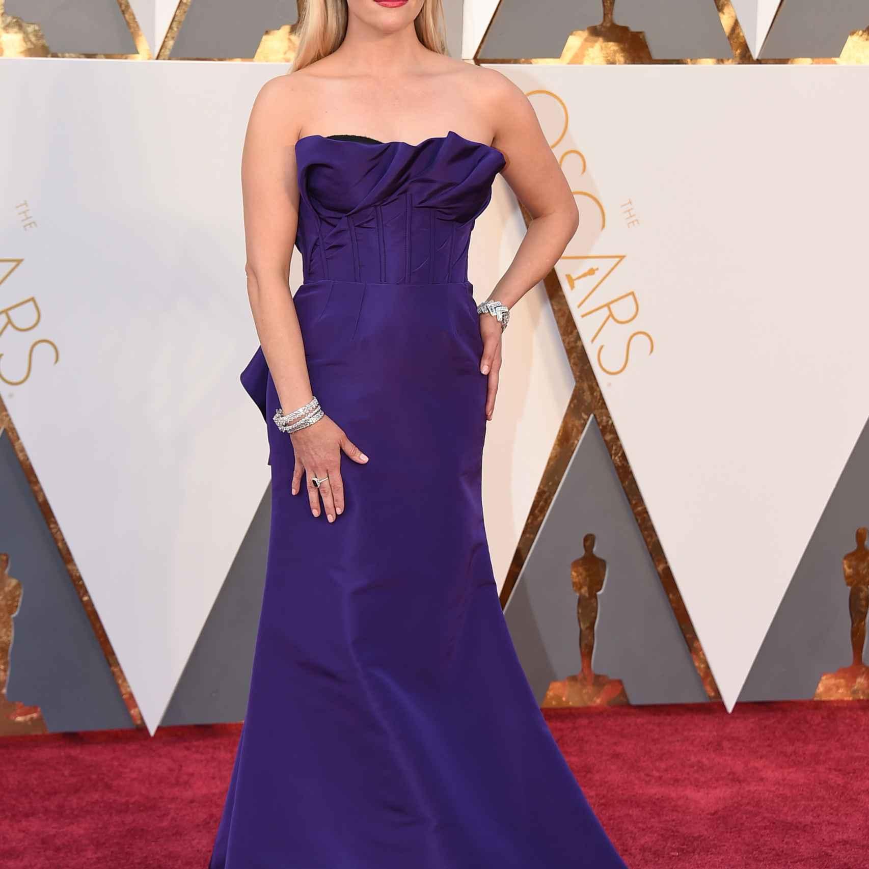 Reese Witherspoon con un palabra de honor violeta que le pone años