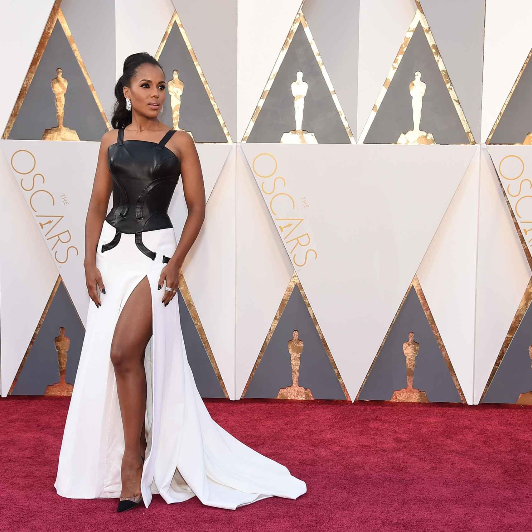 Kerry Washington con cuerpo de cuero negro y falda blanca con corte en la pierna