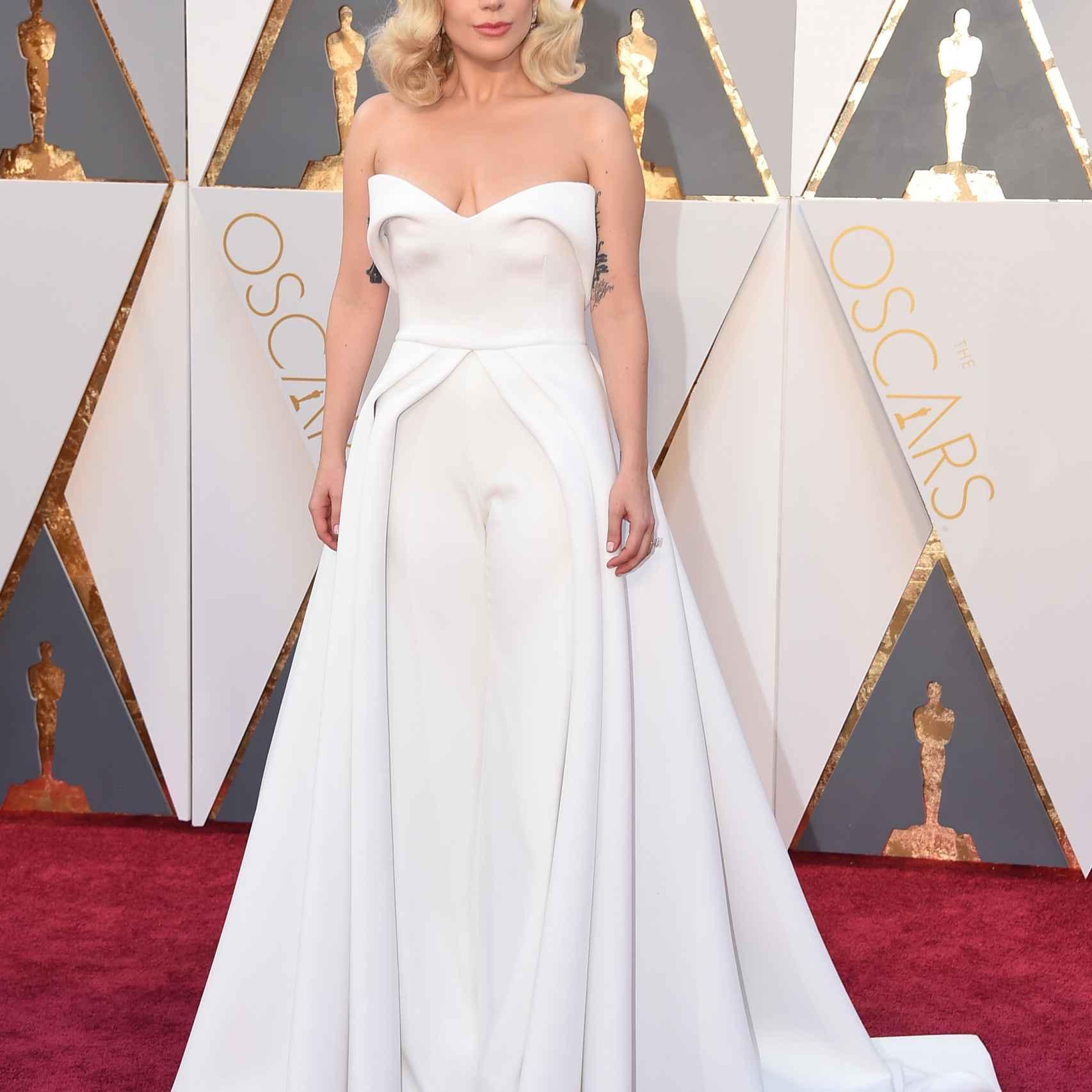 Lady Gaga nominada al Oscar a la mejor canción original ha elegido un vestido blanco de