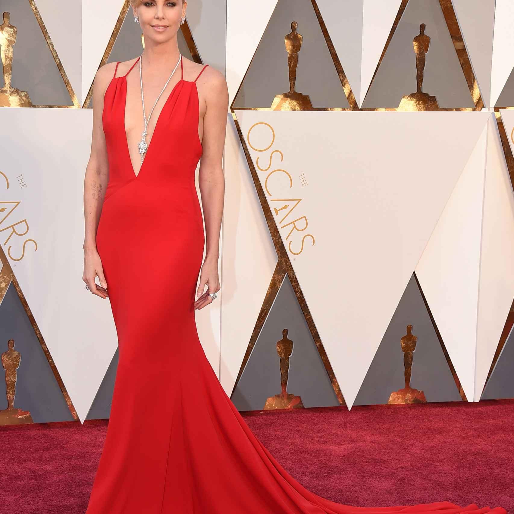 Charlize Teron con un espectacular vestido rojo de Dior