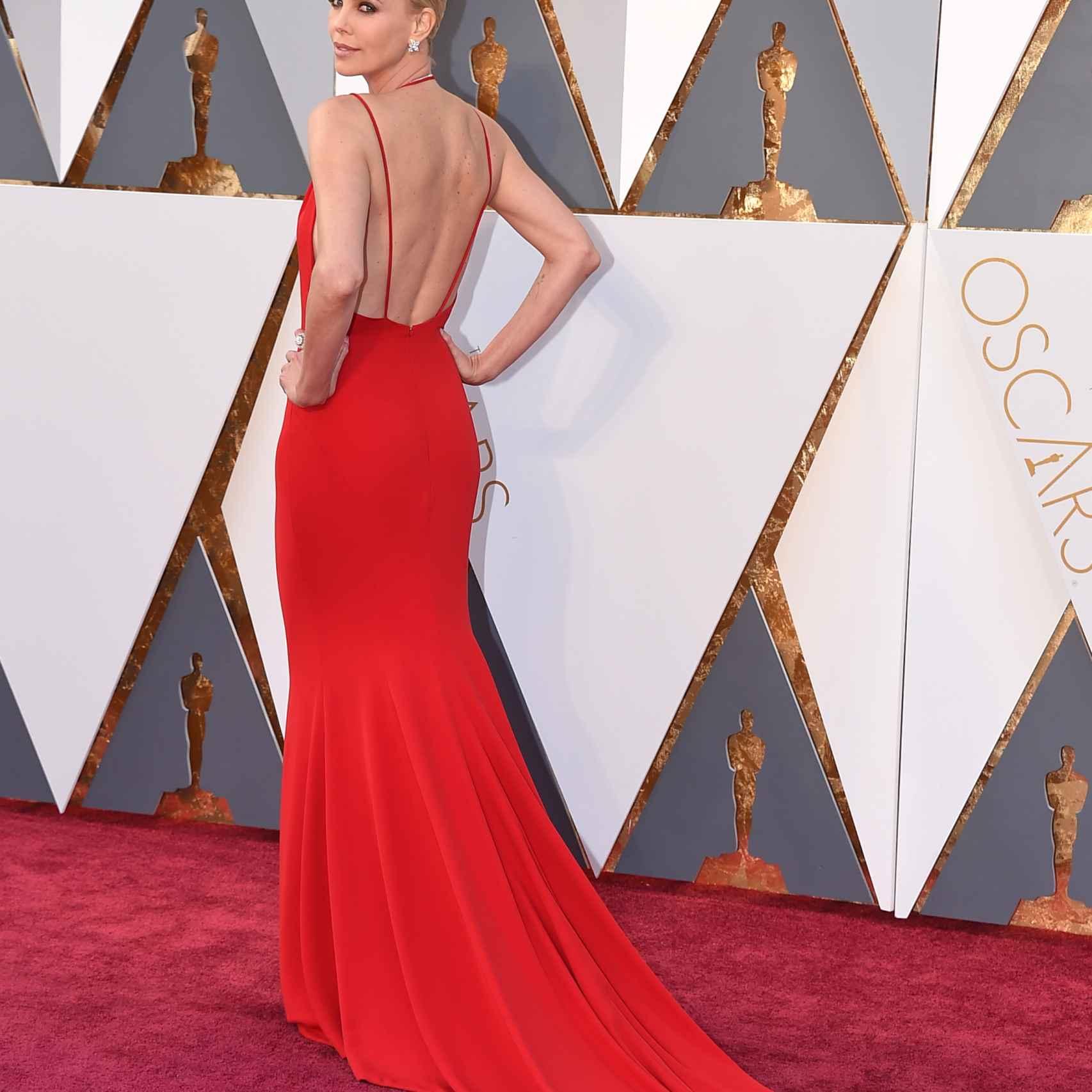 La espalda abierta del Dior  rojo es espectacular