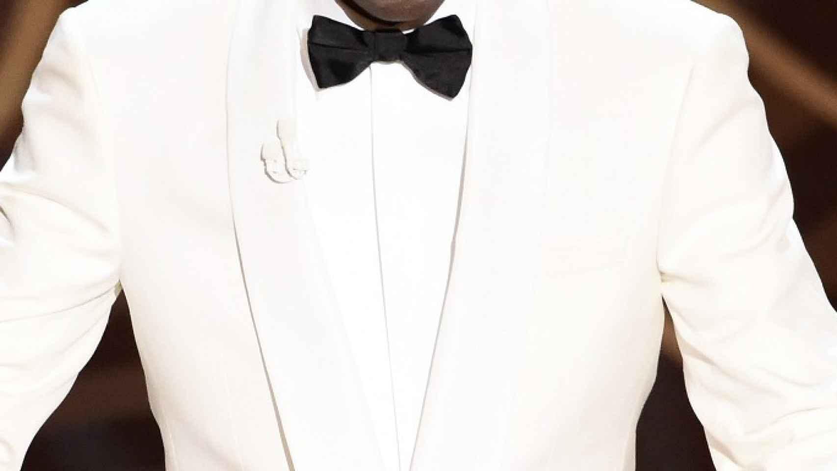 El presentador de la gala utilizó un micro de solapa blanco a conjunto con su chaqueta