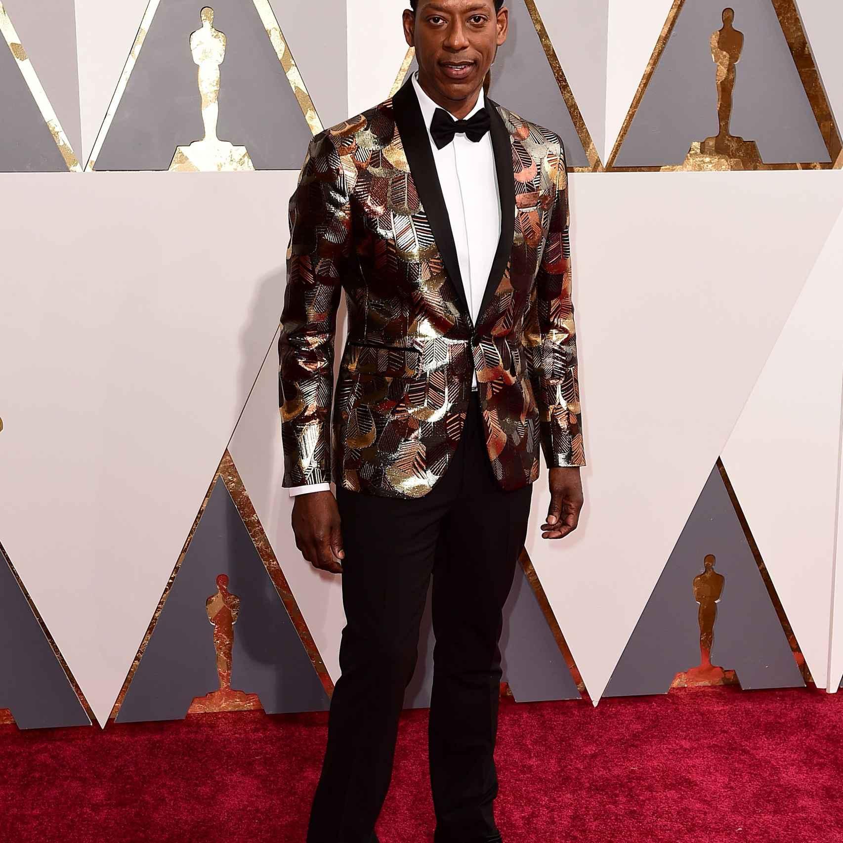 La chaqueta de Orlando Jones es demasiado excesiva, parece un disfraz