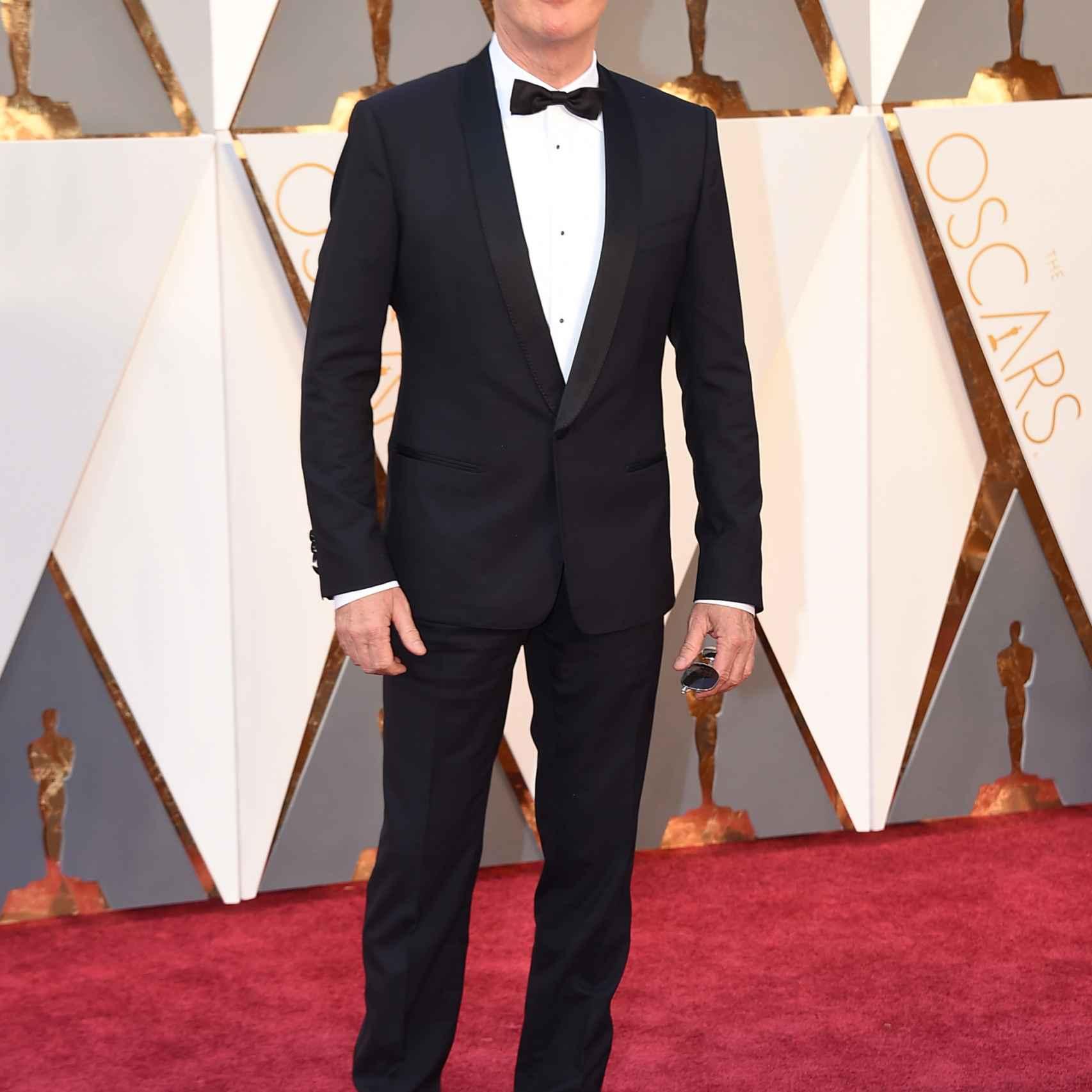 Michael Keaton a sus 64 años está estupendo y le sienta el smoking como un guante