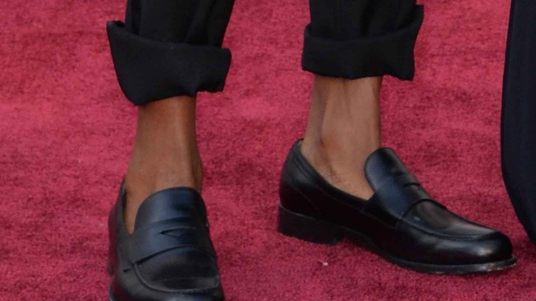 Pharrell Williams con los pantalones del smoking remangados