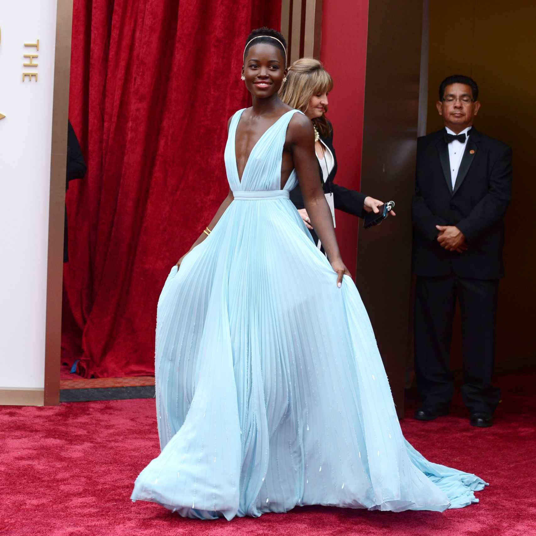 Lupita Nyongo con vestido de Prada en los Oscar de 2014