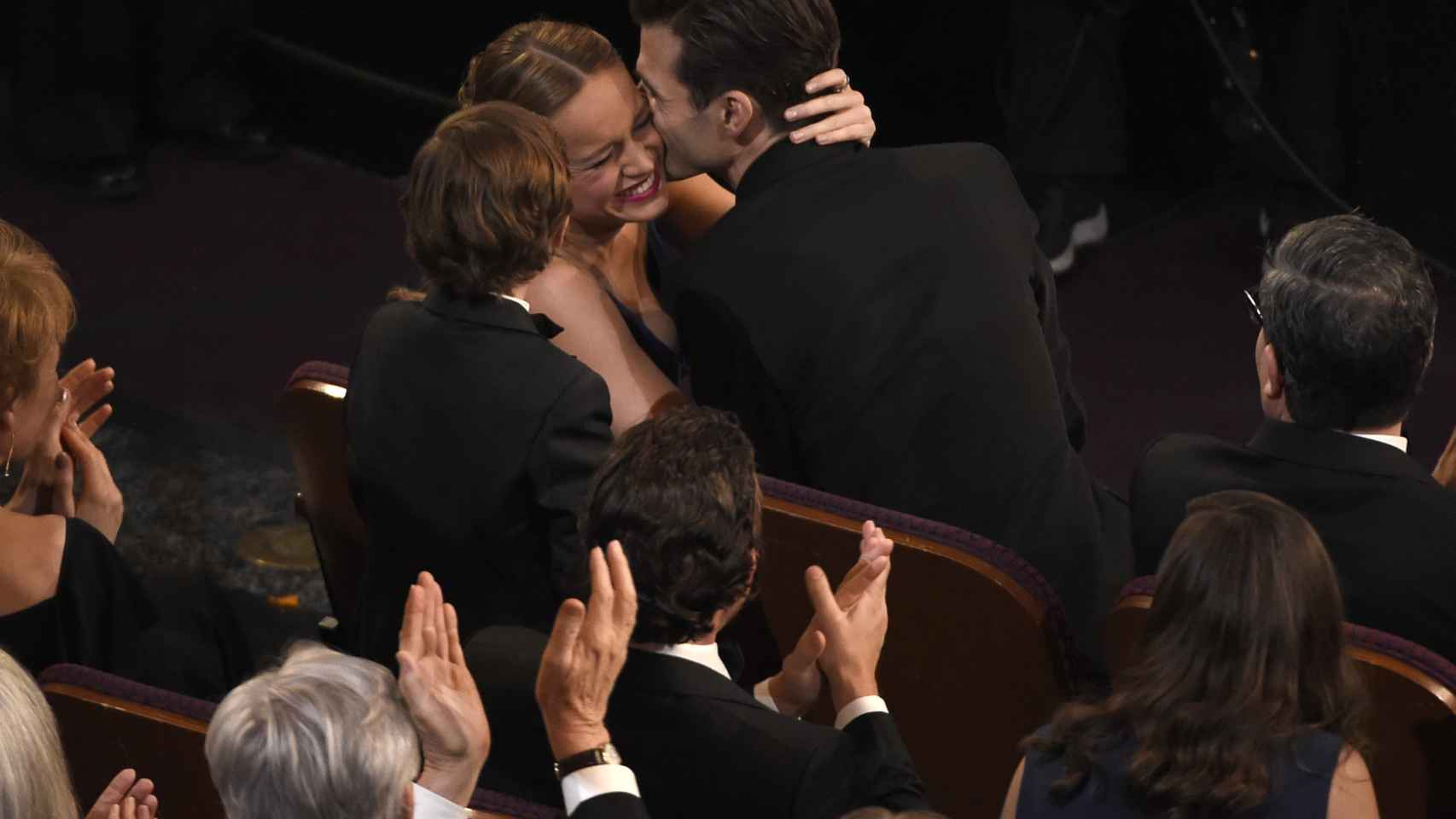 Brie Larson besa a su pareja Alex Greenwald antes de recoger la estatuilla