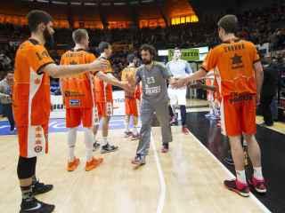 Llull en primer plano durante el pasillo copero del Valencia Basket.