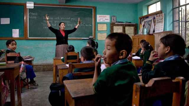 Tibetan Children Village (TCV). Son las escuelas fundada por una hermana del Dalai Lama en Dharamsala (India). Allí se educan los niños tibetanos nacidos en el exilio junto a aquellos que llegan huyendo desde el Tíbet.