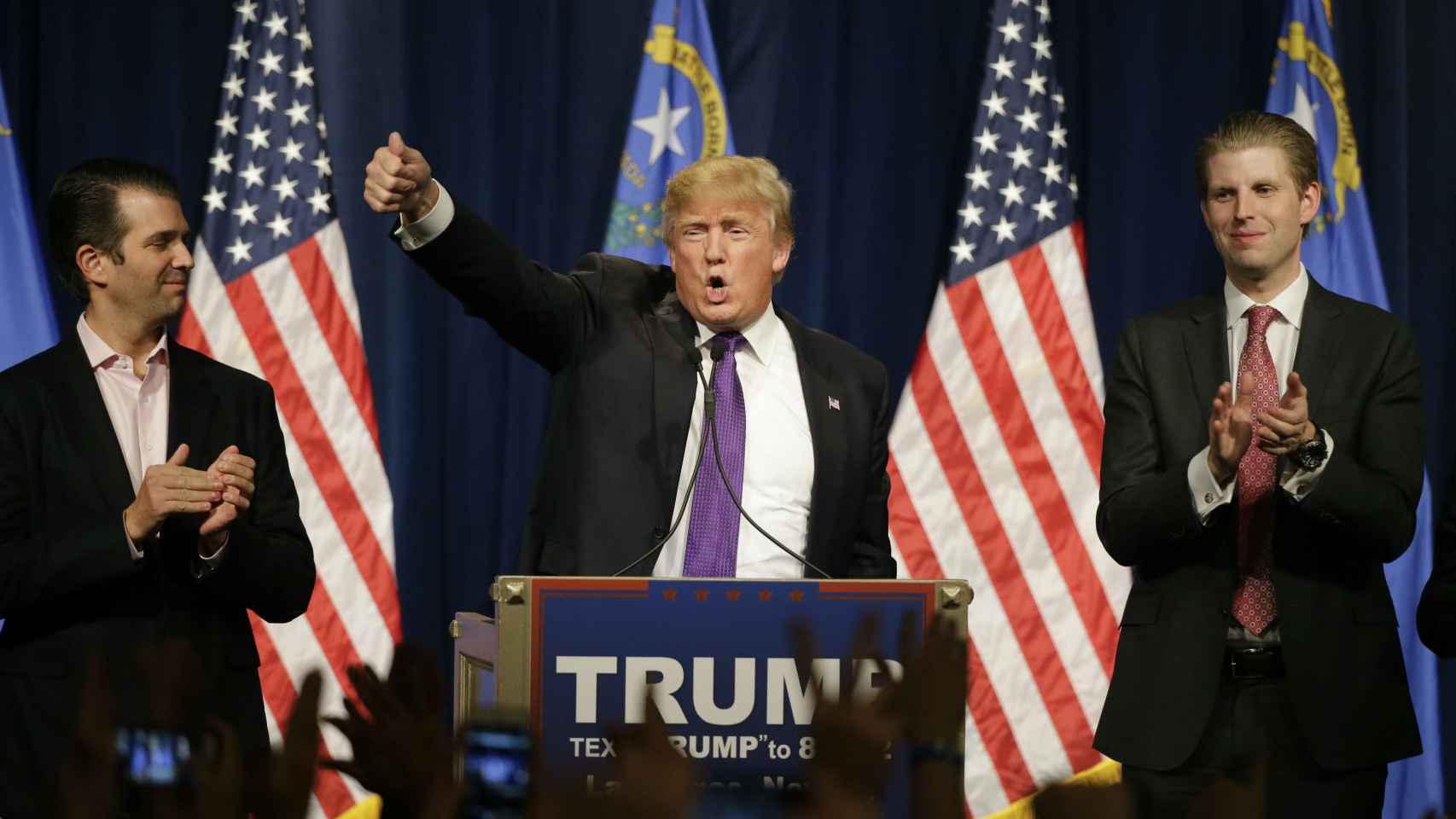 Donald Trump y sus hijos Donald Jr (izq) y Eric (drcha) en un acto de campaña