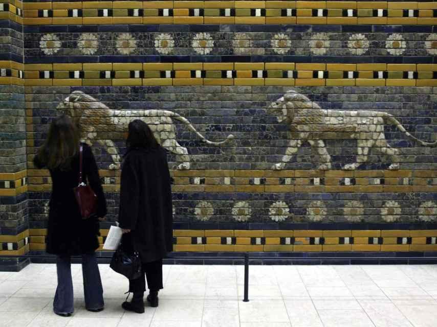 Turistas frente a los grabados de la puerta babilónica
