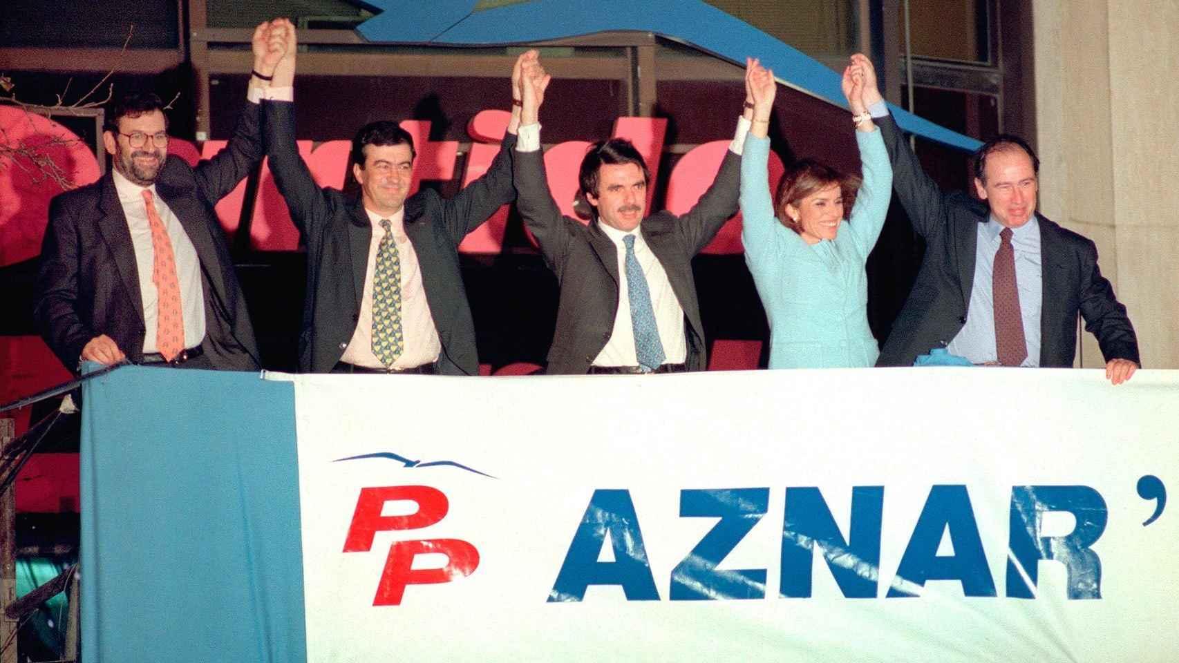 Rajoy, Cascos, Aznar, Botella y Rato, en el balcón de Génova.