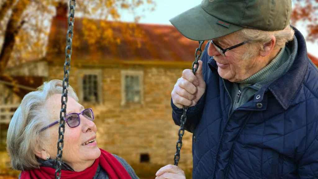 Dos personas mayores disfrutando de unas vacaciones.
