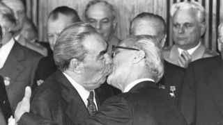 Leonidas Brezhnec y Erich Honecker en 1979