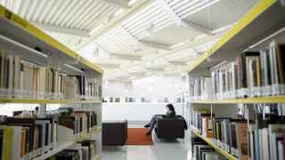 Una lectora en la biblioteca Luis Rosales, en Madrid.