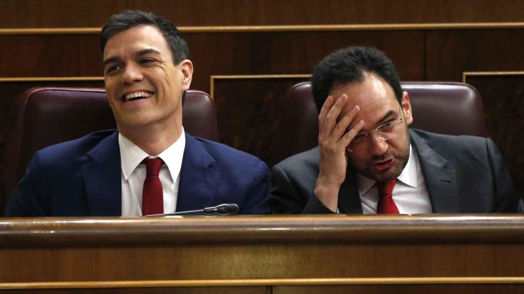 Los políticos socialistas reaccionan ante la intervención de Rajoy.