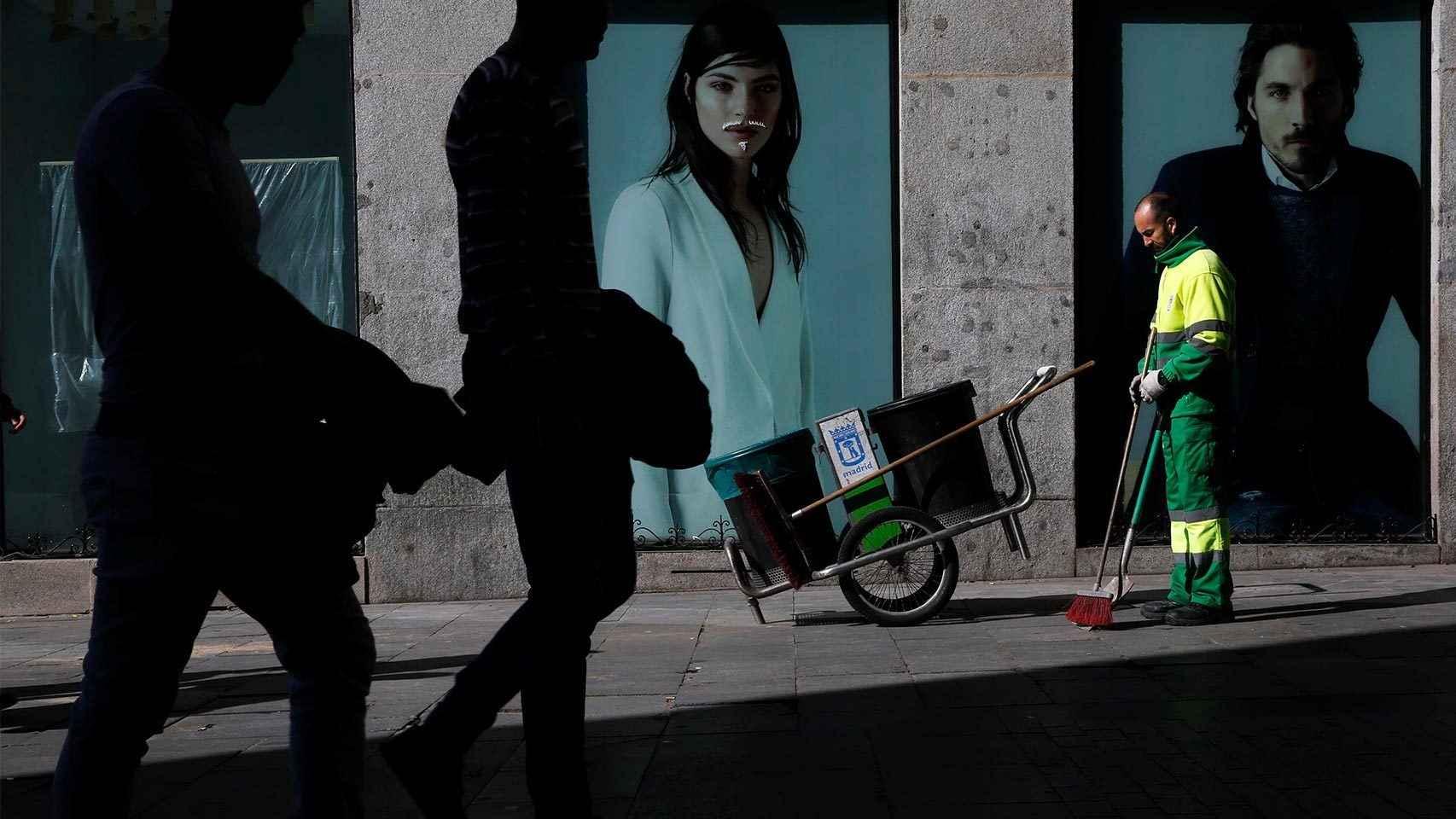 Un barrendero en el centro de Madrid
