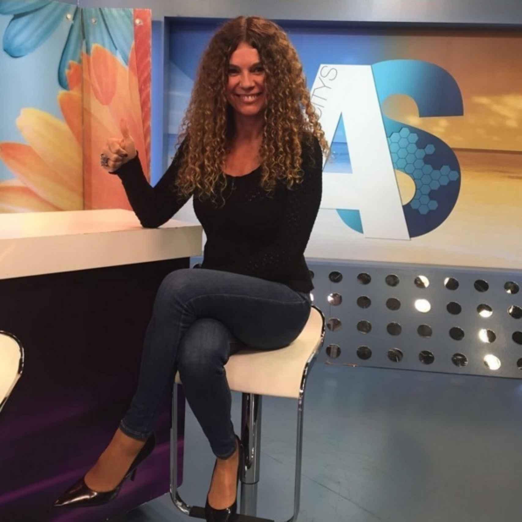 Angie Cárdenas presentando Arucitys