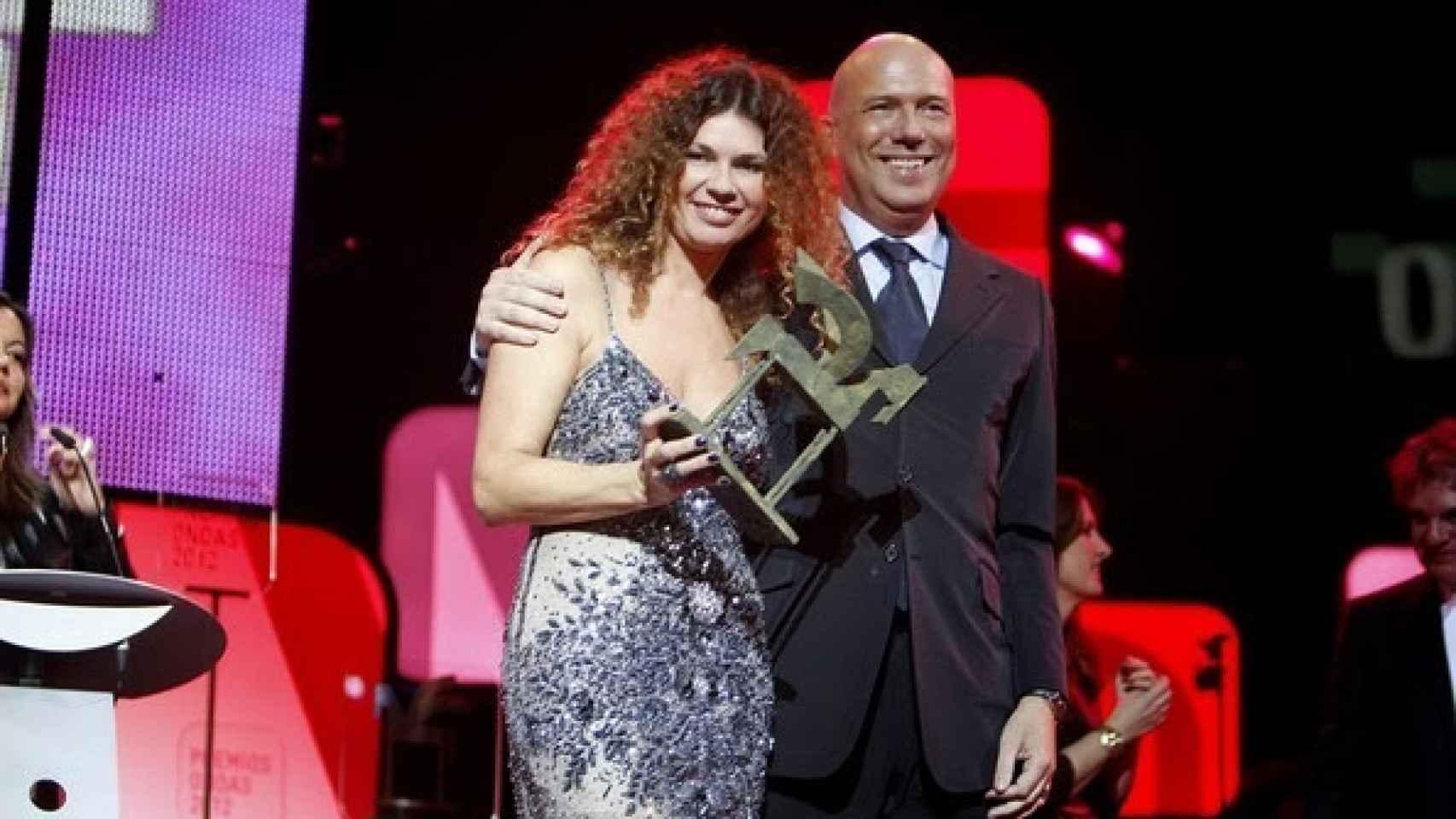 Angie Cárdenas y Alfonso Arús recogiendo el Premio Ondas en 2012