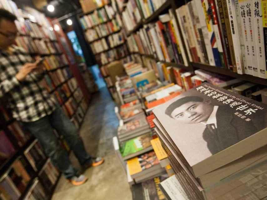 Los libreros están acusados de difundir tomos críticos con el Partido Comunista