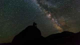 Un hombre ante la inmensidad del Cosmos.