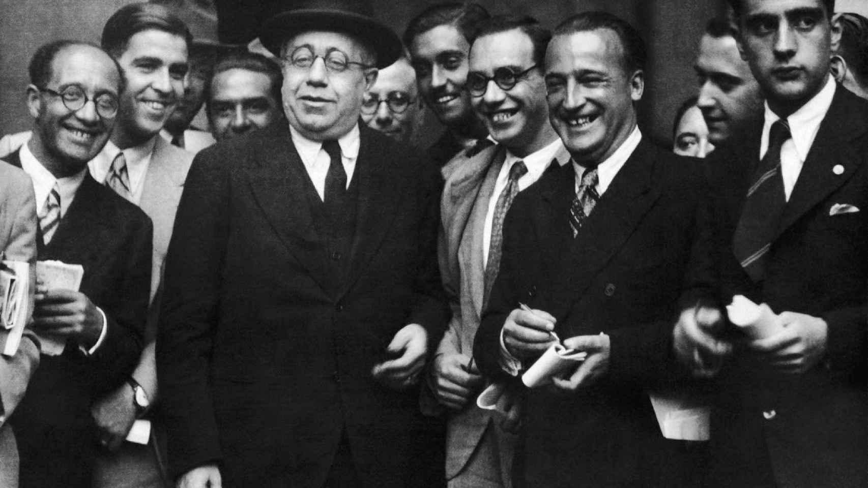 Manuel Azaña rodeado de periodistas.