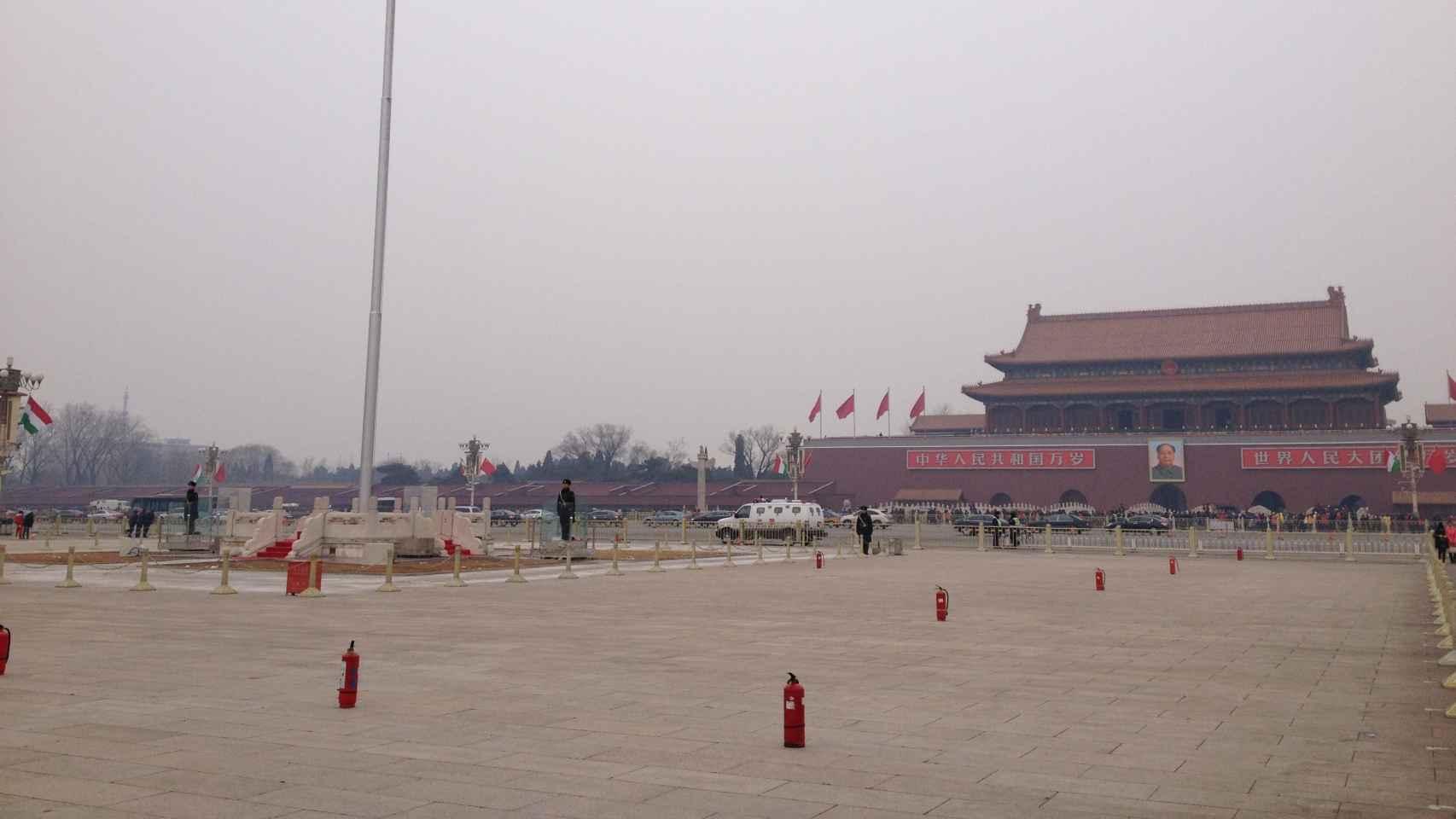 La plaza de Tiananmen luce desde hace unos años repleta de extintores.