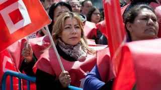 Una sindicalista en una manifestación