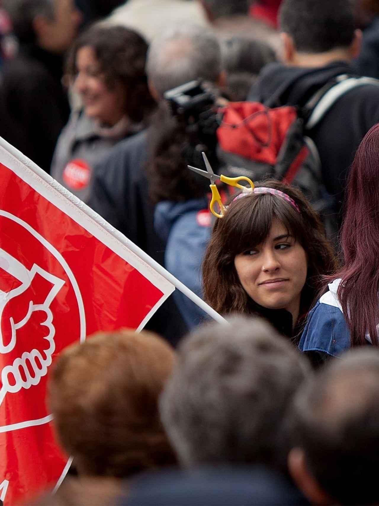 Sindicalista protestando contra los recortes en España