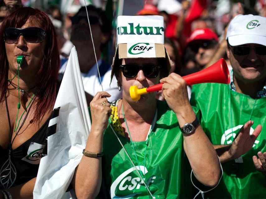 Una mujer sindicalista en una manifestación