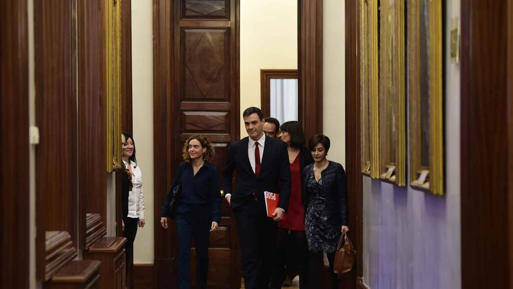 Pedro Sánchez con su equipo en los pasillos del Congreso este viernes