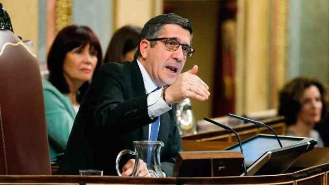 Patxi López discute con un diputado durante la sesión.