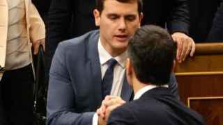 Sánchez y Rivera se saludan tras la votación.