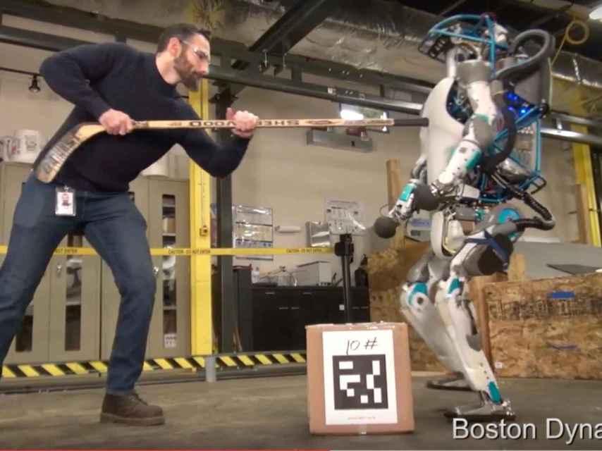 El pobre robot Atlas reacciona pacíficamente a los leñazos.