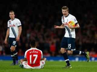 Eric Dier abronca a Alexis Sánchez en el Arsenal-Tottenham de noviembre.