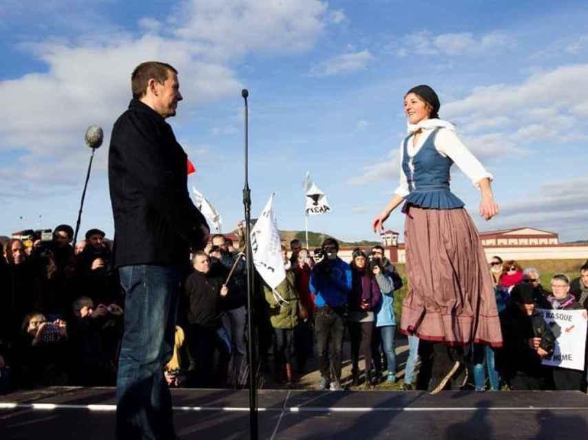 Arnaldo Otegi observa el aurresku que le baila Ainhoa Lendinez a su salida de la cárcel.