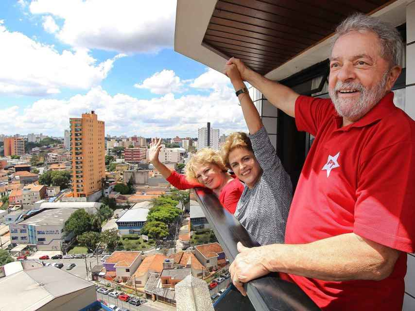 Lula da Silva junto a su mujer y la presidenta de Brasil Dilma Rousseff este sábado.