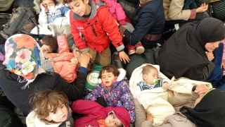 Niños esperan en la frontera de Idomeni, Grecia.