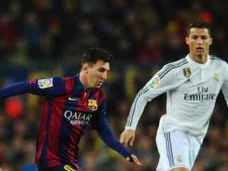 Messi y Cristiano en una disputa por un balón