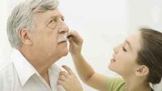 Un abuelo jugando con su nieta