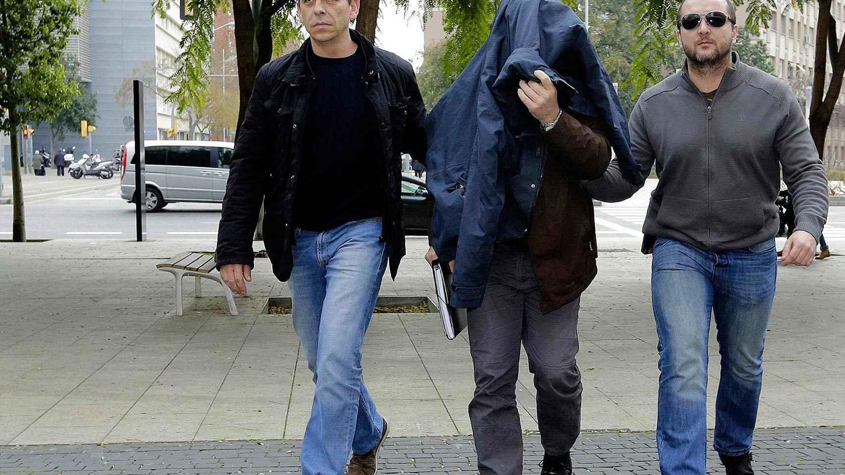 Joaquín B. (c), exprofesor de gimnasia del colegio de los Maristas de Les Corts acusado de abusos sexuales.