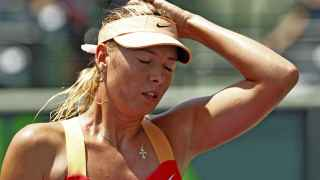 Maria Sharapova se lamenta tras perder un set.