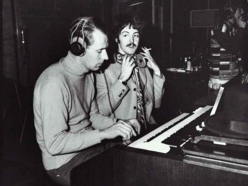 El productor George Martin y el músico Paul McCartney