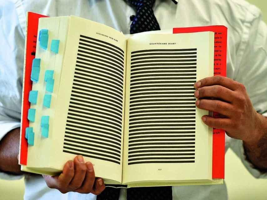 Imagen del libro Diario de Guantánamo con los extractos censurados con bloques negros