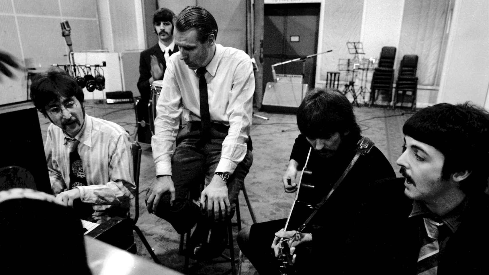 George Martin junto a  The Beatles en el estudio