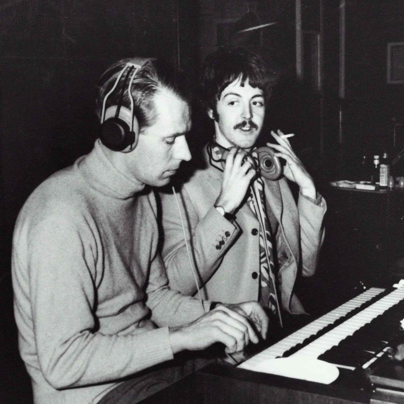 George Martin y Paul McCartney en el estudio de grabación