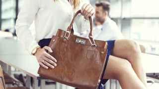 Cinco bolsos clásicos para hacer brillar tu look 'working girl'