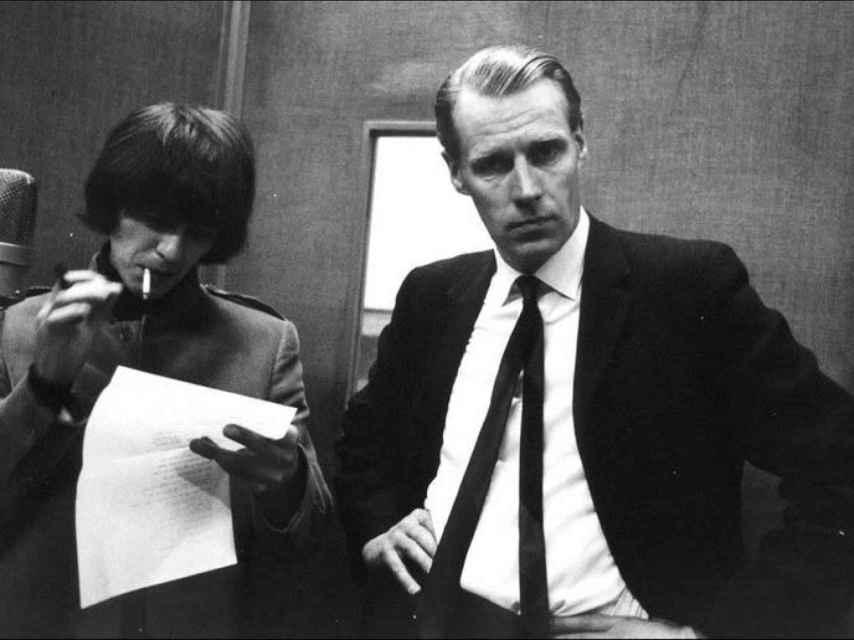 El músico George Harrison y el productor George Martin, llamado el quinto beatle