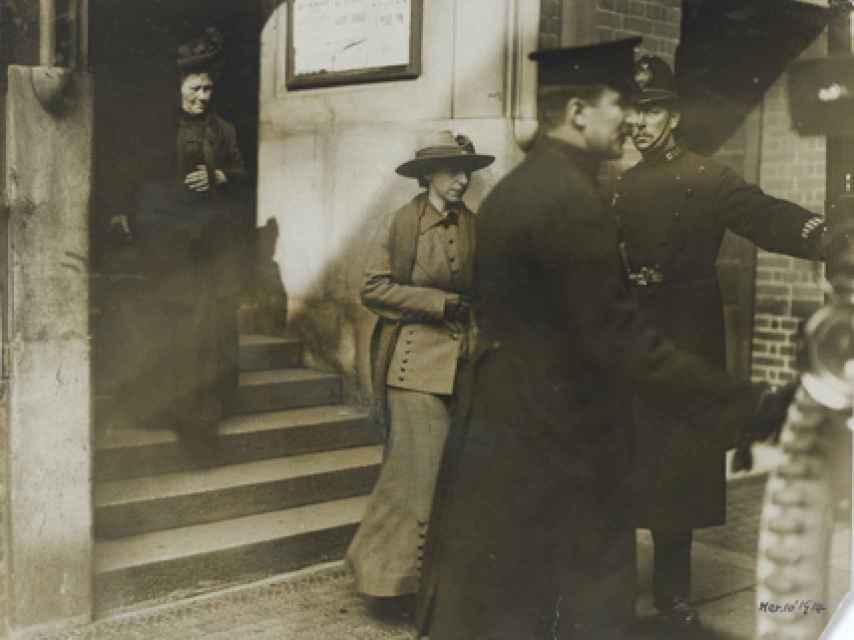 Mary Richardson acompañada por la policía en una de sus múltiples detenciones por vandalismo