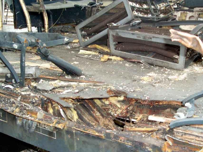 Cráter en el suelo del tren de Santa Eugenia. Los informes dicen, en cambio, que la bomba explotó en altura.